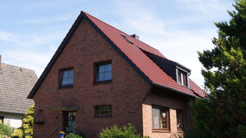 klassische Sanierung der Dacheindeckung, energetische Dachsanierung mit Tonziegeln und Einbau einer Dachgaube