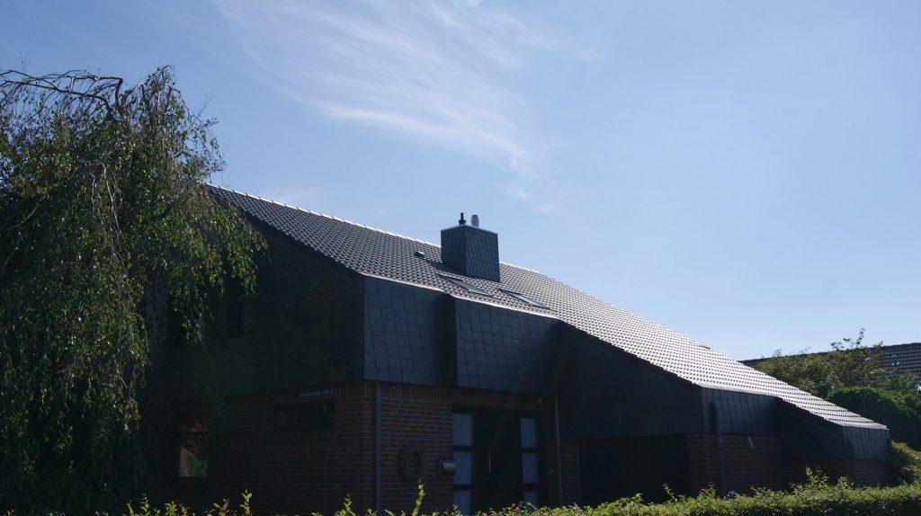 klassische Sanierung der Dacheindeckung, energetische Dachsanierung mit Betondachziegeln