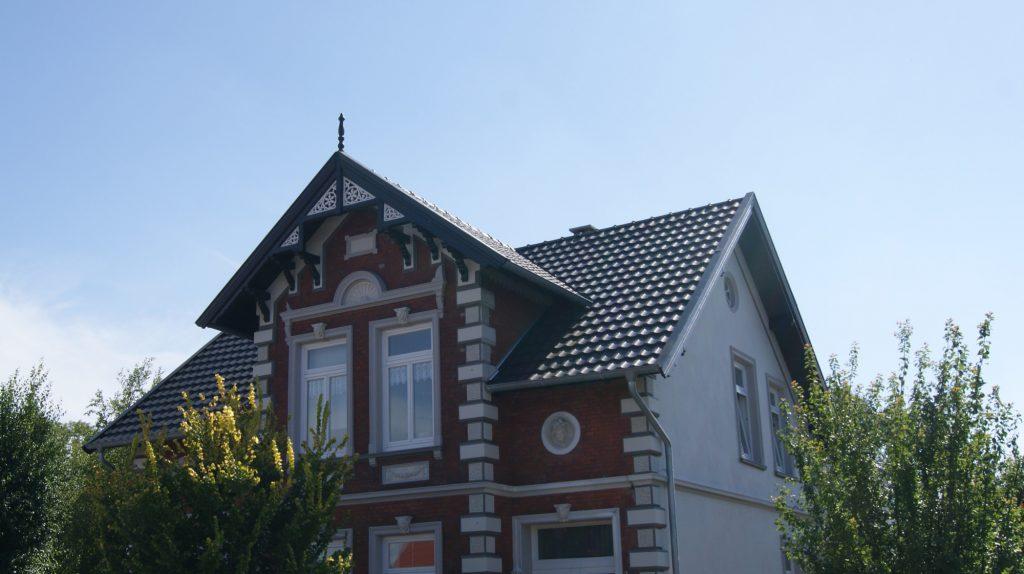 Neue Dacheindeckung unter Denkmalschutzauflagen inkl. Erneuerung der Holzausfertigungen