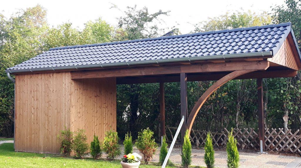Carport: Autostellplatz und Abstellraum, Satteldach mit Dachpfanneneindeckung