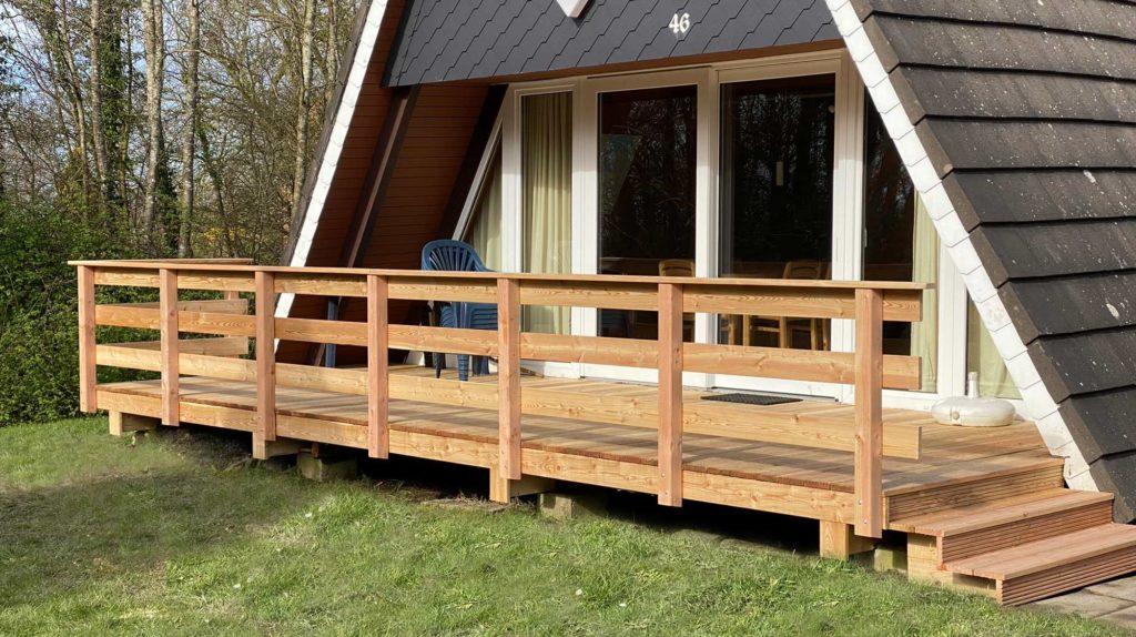 Neue Lärchenholzterrasse mit einem Holzgeländer