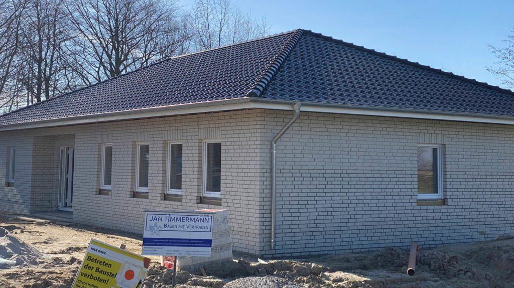 Schlüsselfertige Herstellung eines Einfamilienhauses (Winkelbungalow - Straßenansicht)