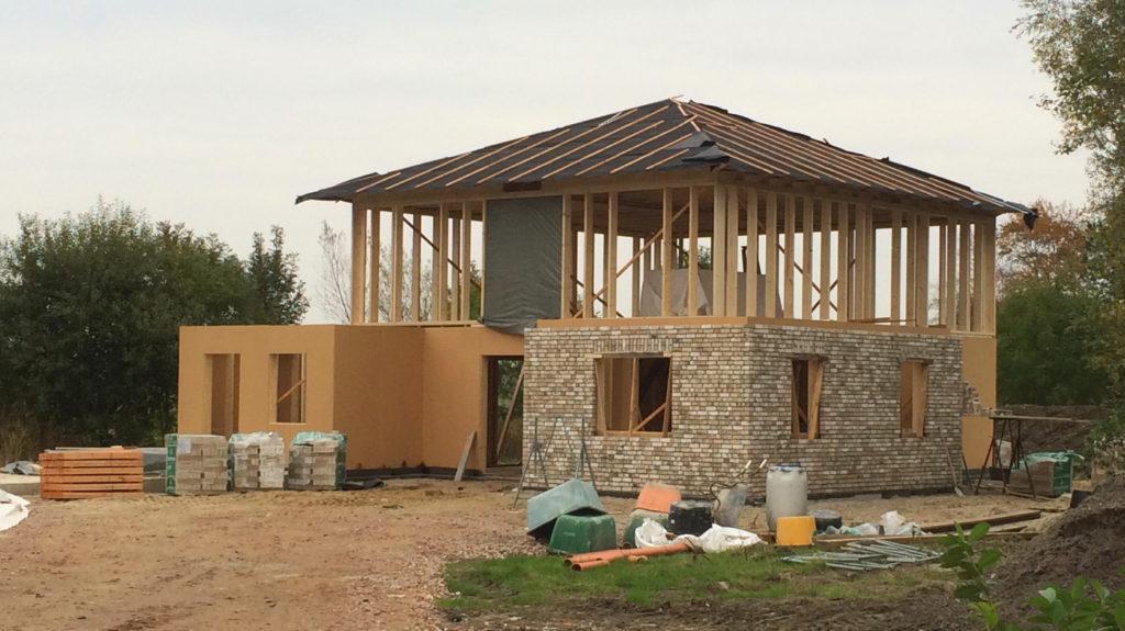 Holzrahmenbau sichtbar in drei Bauphasen