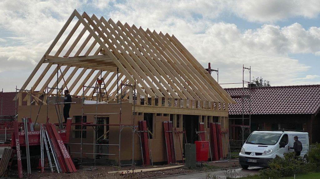 Schlüsselfertiges Bauen in Holzrahmenbauweise  Schritt 6: Aufstellung des Dachstuhls als Satteldach