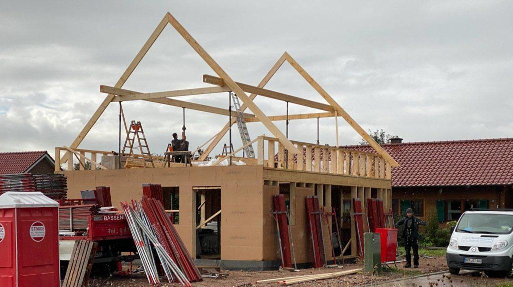 Schlüsselfertiges Bauen in Holzrahmenbauweise  Schritt 5: Verkleidung der Aussenwände mit DWD-Platten (DWD: diffusionsoffene Holzfaserplatte)