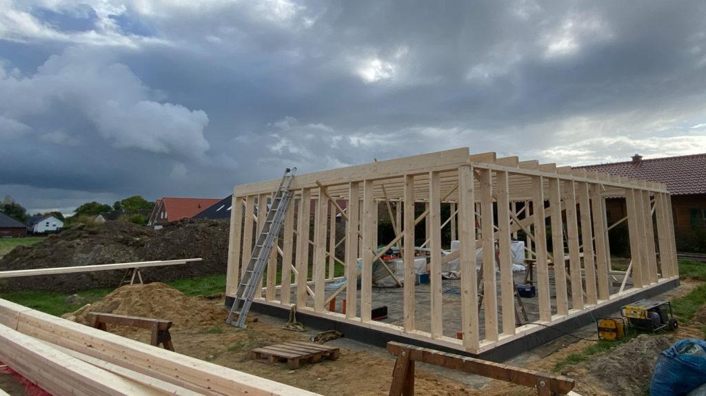 Schlüsselfertiges Bauen in Holzrahmenbauweise  Schritt 3: Aufstellen der Aussenwände und Balkenlage