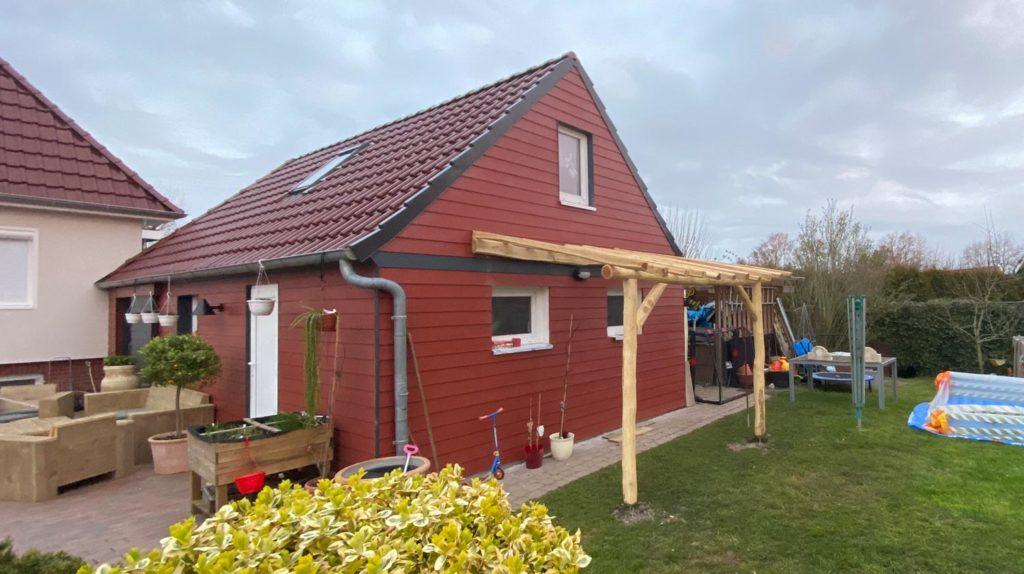 Weinpergula aus Robinienholz und Fassadenverkleidung aus James Hardie Fassadenprofilen (Hardieplank)