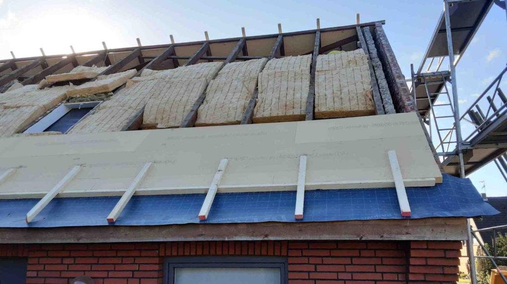 Schritt 1: Abriss und Entsorgung der alten Dacheindeckung und anschließendes Nachdämmen ausgebauter Bereiche mit  Holzfaserdämmstoff