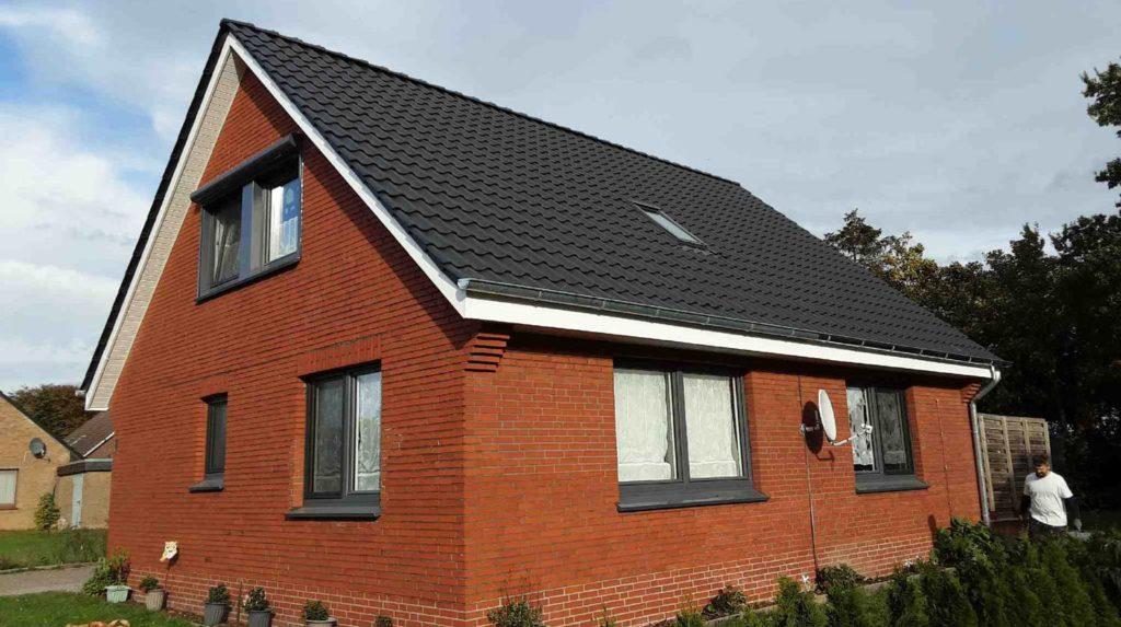 (Nachher) Fertigstellung: Dacheindeckung mit Tondachziegeln, Kunststoffgesimse und einer Zinkdachrinne zweite Dachseite