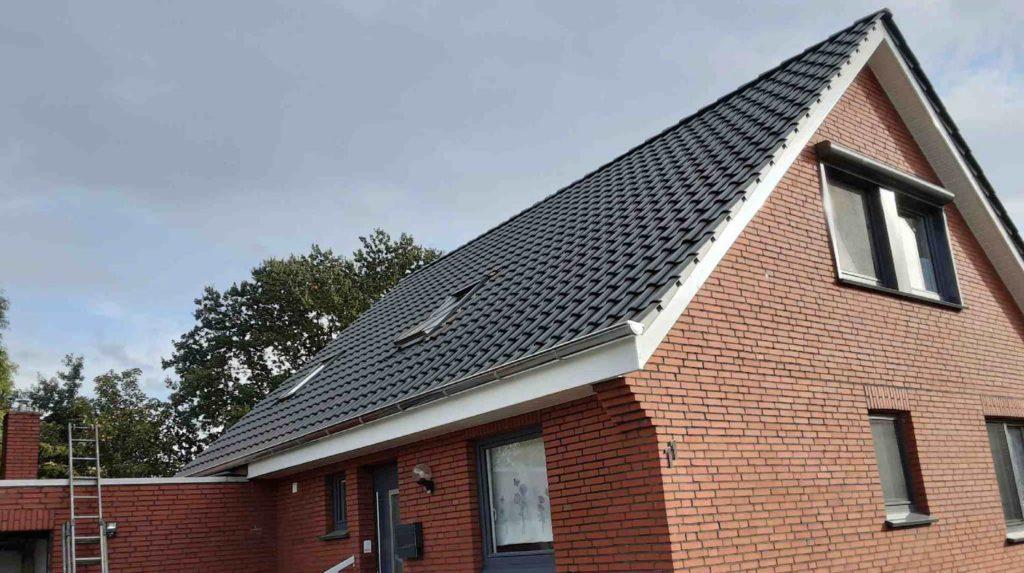 (Nachher) Fertigstellung: Dacheindeckung mit Tondachziegeln, Kunststoffgesimse und einer Zinkdachrinne